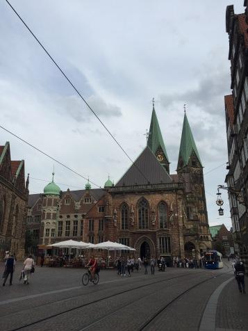 Chegando na Marktplatz, lateral da prefeitura (Rathaus)