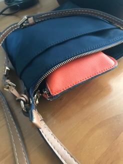 Passaportes em uma bolsa atravessada