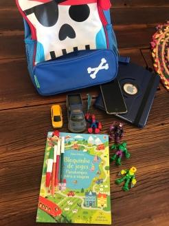 Mochila com atividades, brinquedos e eletrônicos