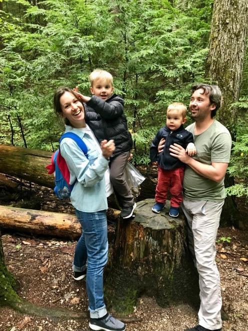 Familia unida na trilha