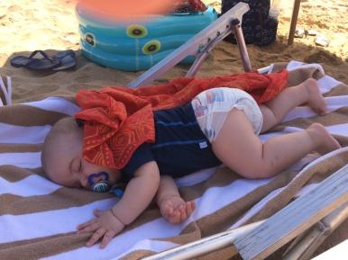 Ro conhecendo a praia com 6 meses