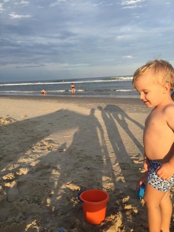 Rodrigo gostando da praia com 2 anos e meio