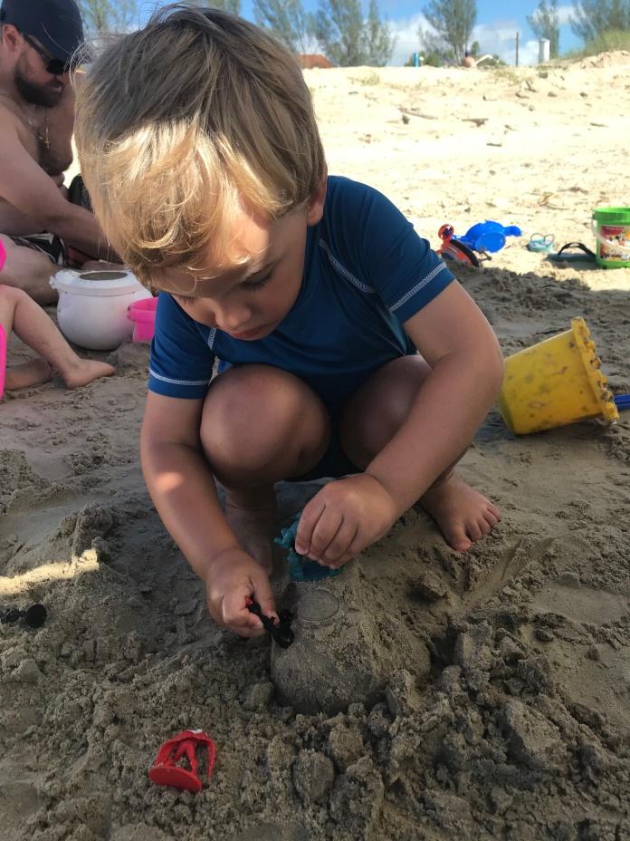 Ro com 3 anos e meio perdendo o medo da praia