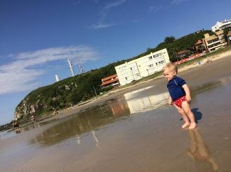 Ro com 1 ano e meio, curtindo a praia, mas medo do mar